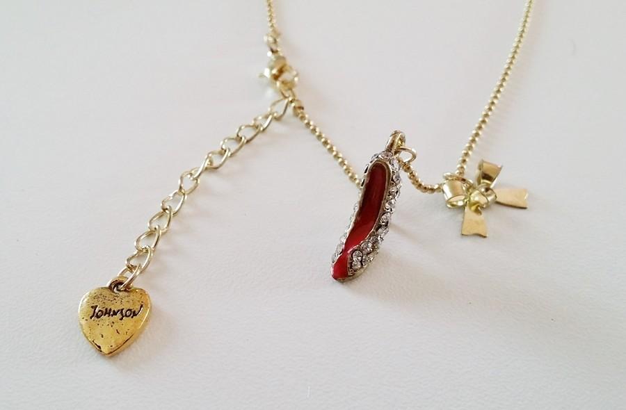 Collier pendentif charms escarpin et noeud