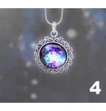 Collier avec pendentif décoré et cobochon galaxie