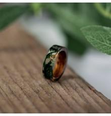Bague en résine transparente et bois 'Nature magique'.