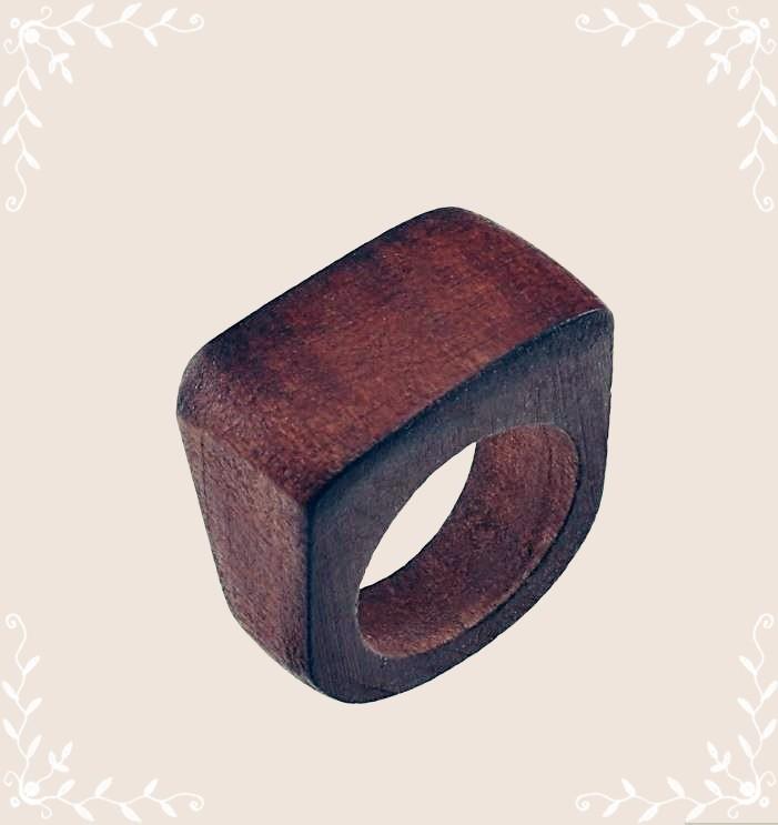 Bague en bois foncé.