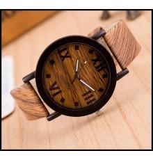 Montre fantaisie avec bracelet en cuir décor imitation bois.