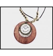 Collier pendentif en bois et horloge factice.